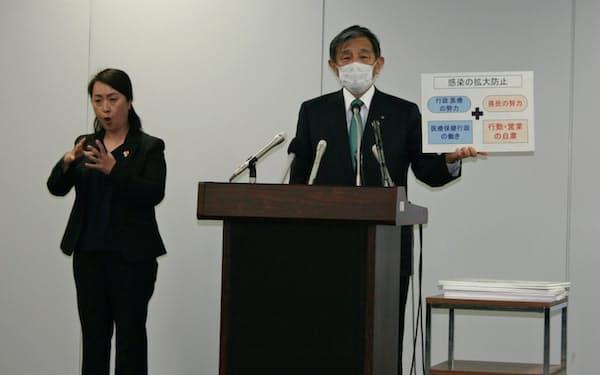 休業要請の追加解除を発表する和歌山県の仁坂吉伸知事(15日、和歌山市)