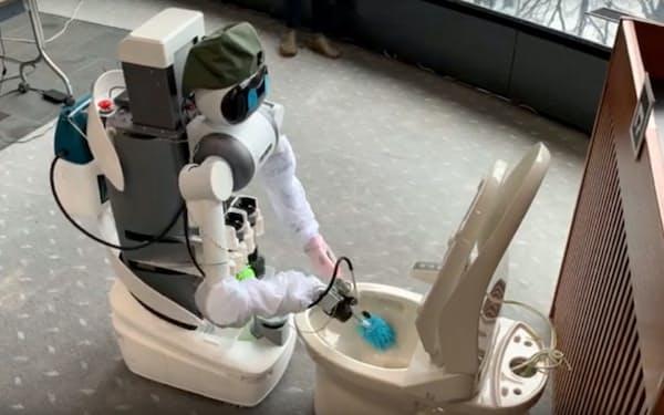 ミラロボティクスが開発した分身ロボは遠隔でトイレを掃除