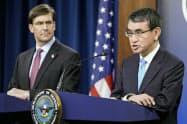エスパー米国防長官(左)と河野防衛相(1月、米国防総省)=ロイター