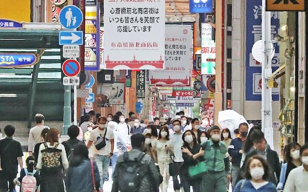 大阪府の休業解除初日、商店街を行き交う人たち(16日午前、大阪市中央区)