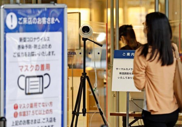全館営業を再開した岩田屋本店の入り口に設置されたサーマルカメラ(16日午前、福岡・天神)=共同