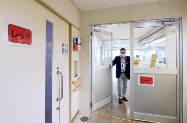 新型コロナウイルスの感染者を受け入れるフロアで、危険区域と安全区域を分けるドアを設置した十三市民病院(16日、大阪市淀川区)