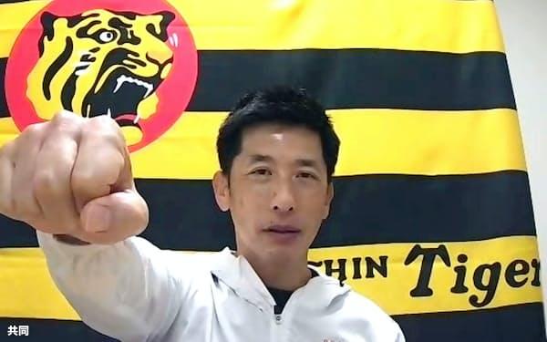 オンライン取材で「矢野ガッツ」を披露する阪神の矢野監督(16日)=共同