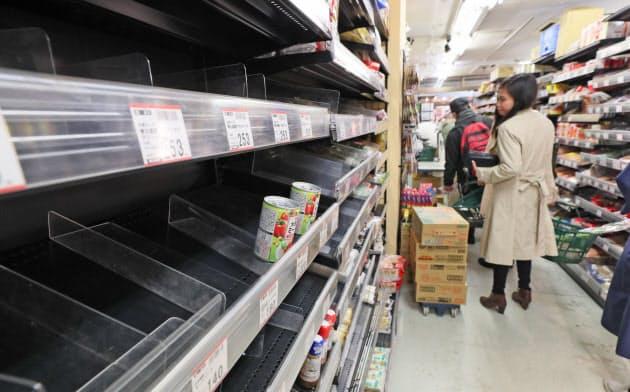 外出自粛要請を受けて都内のスーパーでは麺類やパスタソースなどが品薄になった(3月27日、東京都台東区)