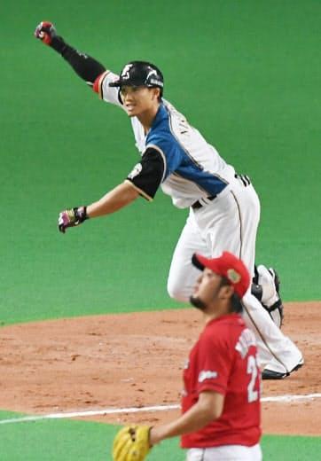 16年の日本シリーズ第5戦、サヨナラ満塁本塁打を放ちガッツポーズする日本ハム・西川