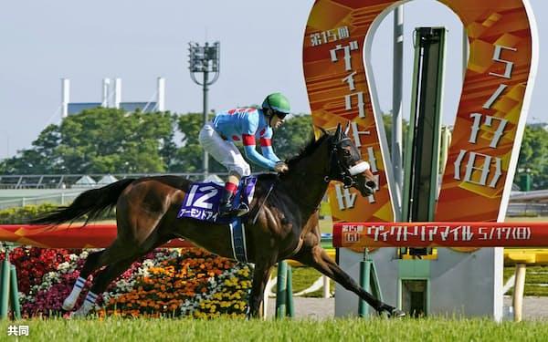 第15回ヴィクトリアマイルで優勝したアーモンドアイ(17日、東京競馬場)=共同