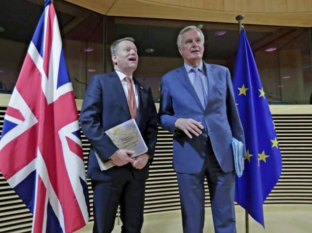 英のフロスト首相顧問(左)とEUのバルニエ首席交渉官は交渉後の記者対応でお互いの批判に終始した(3月)=AP