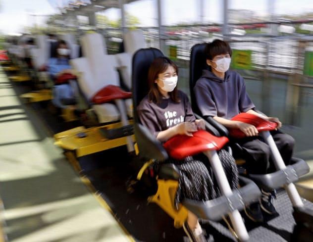 営業を再開した三重県桑名市の遊園地「ナガシマスパーランド」のジェットコースター。感染防止のため座席を一列ごとに空けていた(17日)=共同