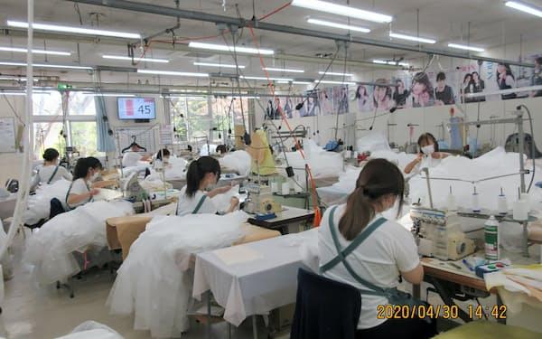 ボンマックスの工場で医療用ガウンの製造を行う従業員ら(岩手県陸前高田市)