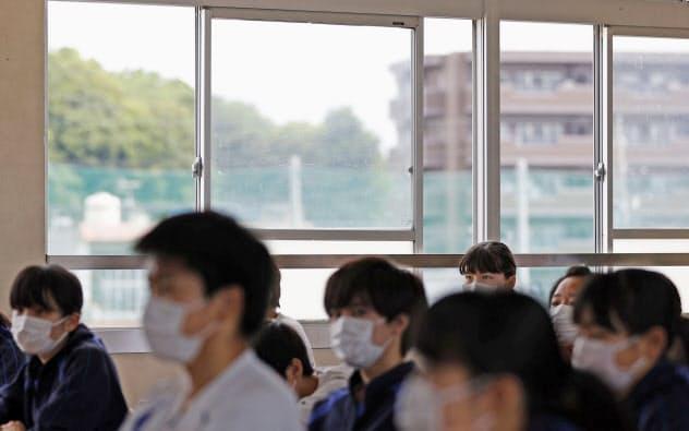 再開した三重県桑名市の中学校で、感染拡大防止のため窓を開けて行われる授業(18日午前)=共同