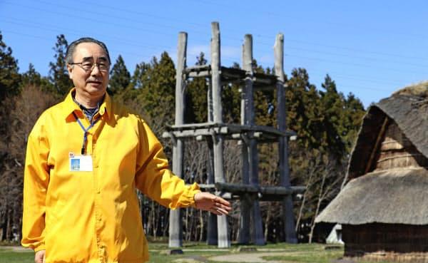 三内丸山遺跡について説明する鎌田孝範さん(4月、青森市)=共同