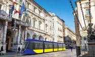 イタリアのトリノ市内を走る日立製の新型路面電車(イメージ)