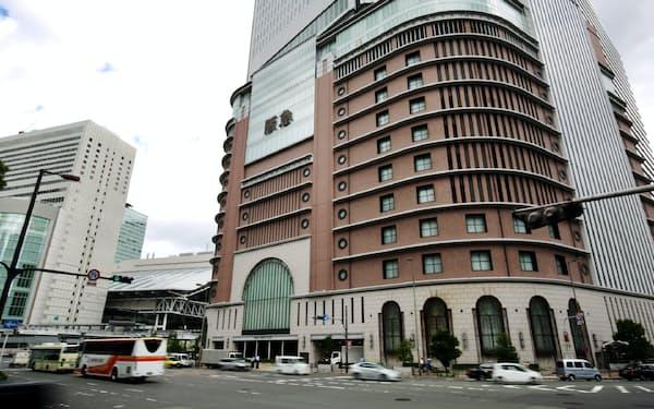 阪急うめだ本店(大阪市)は21日から平日に限り全館で営業再開