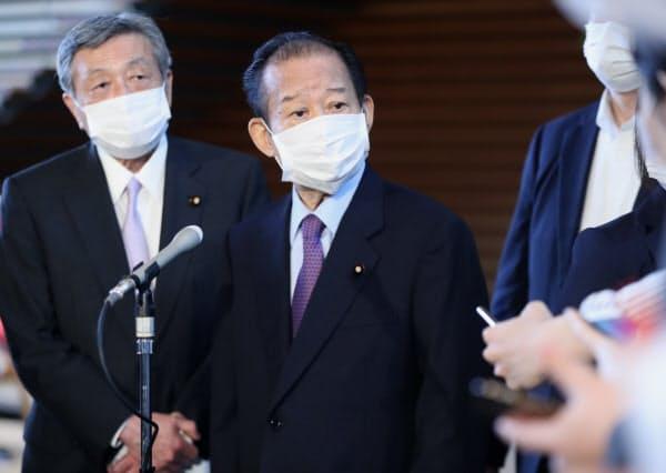 安倍首相との会談を終え、報道陣の質問に答える自民党の二階幹事長(中央)=18日、首相官邸