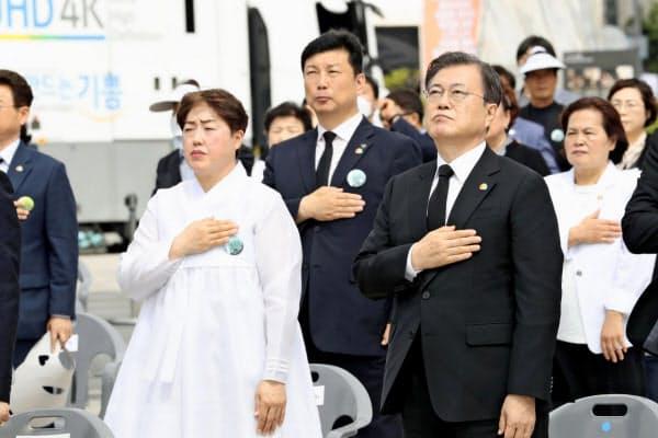 光州事件の式典に出席した文在寅大統領(右)(18日、韓国・光州)=聯合・共同
