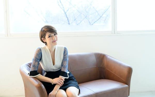 1985年東京都生まれ。米マサチューセッツ工科大メディアラボ助教などを経て2019年から東京芸術大准教授。性などを主題とした作品で知られ、代表作に「生理マシーン、タカシの場合。」など。