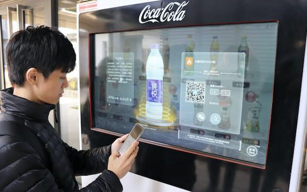中国ではQRコードで決済できる自動販売機が増えている(河北省雄安新区、2019年11月撮影)