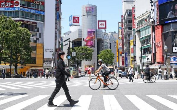 東京・渋谷のスクランブル交差点。週末の繁華街は人出がやや増えた(17日)