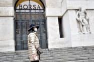 欧州6カ国は3月中旬から株の空売りを禁止していた(イタリア・ミラノの証券取引所、2月)=ロイター
