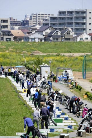 屋外へと飛び出した日本のゴルファーは「我慢できない大人たち」という風評にさらされた=共同