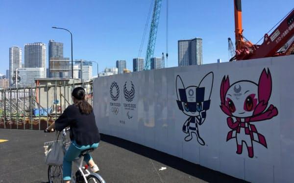 工事の仮囲いには東京五輪・パラリンピックのイラストが描かれ、大会をPRする(東京都中央区の築地市場跡地)