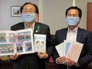 むつ事業所でのマスク生産を三村申吾知事(左)に報告した坪根祥嗣事業所長