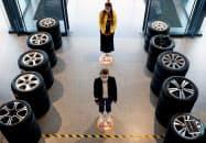 自動車販売店でもソーシャルディスタンスが求められる(ブリュッセルのメルセデス・ベンツの販売店)=ロイター