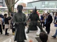 除幕式でお披露目した義元像(右)(19日、JR静岡駅前)