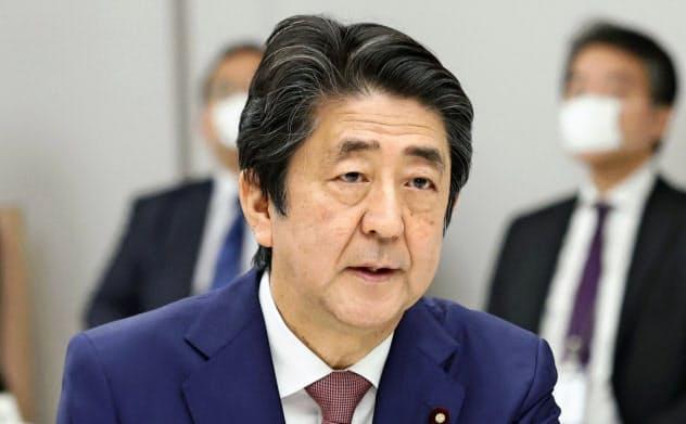 経済財政諮問会議であいさつする安倍首相(5月15日、首相官邸)=共同