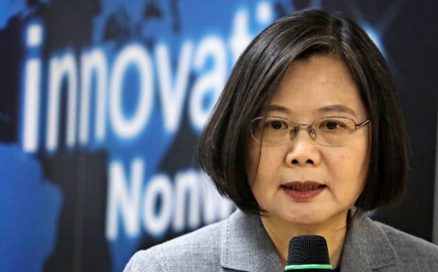 台湾の蔡英文総統は2期目を迎える(3月、台北市内)=ロイター