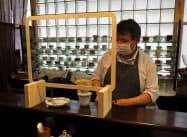飛沫感染防止パネルは木材とプラスチックシートを組み合わせた