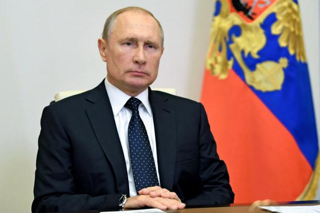 新型コロナの収束後にはプーチン氏の5選を可能にする改憲法案の全国投票が控える(19日、モスクワ郊外)=AP