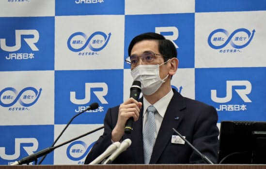 記者会見するJR西日本の長谷川社長(20日、大阪市)