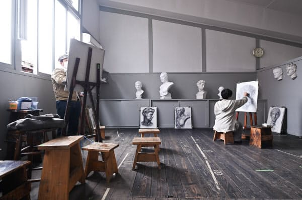 北側の窓から自然光を取り込んだ部屋でデッサンする人たち(京都市左京区の関西美術院)