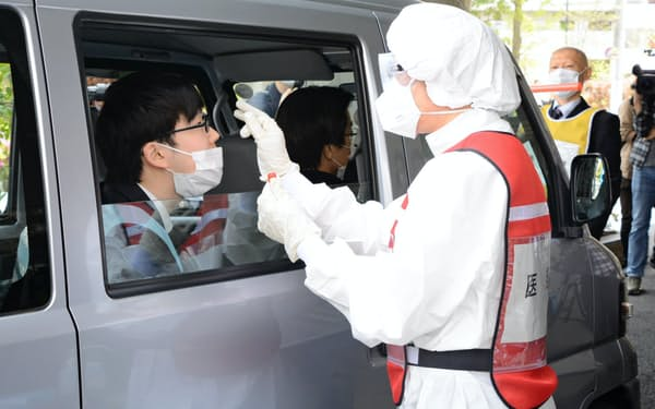 全国で医師会と連携した検査拠点が増えている(東京都江戸川区のPCRセンターでの実演)