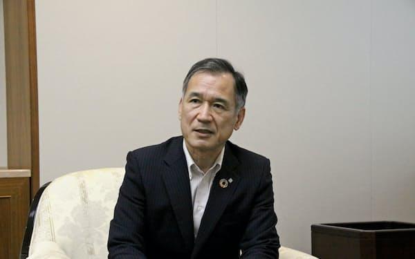 インタビューに応じる中国銀の加藤頭取(20日)