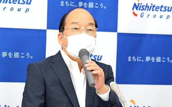 決算を発表する倉富社長(20日、福岡市)