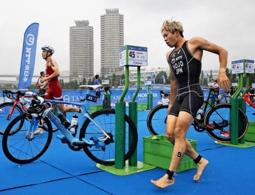 トライアスロンは今年に入り、会員登録者が大きく減少している(昨年8月の東京五輪テスト大会)=共同