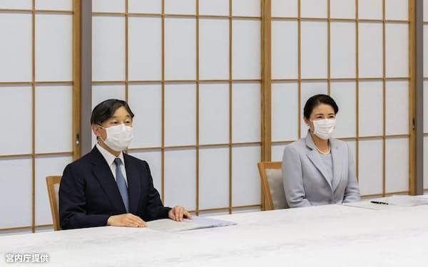 日本赤十字社の大塚義治社長らから新型コロナウイルスへの対応について説明を受ける天皇、皇后両陛下(5月20日、赤坂御所=宮内庁提供)