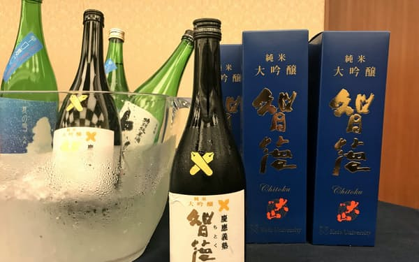 酒類では初の「慶応義塾公式グッズ」となり近く店頭販売も始まる純米大吟醸酒「智徳」
