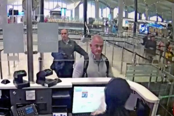 19年12月、イスタンブール空港の防犯カメラに写るマイケル・テイラー容疑者(中)=AP