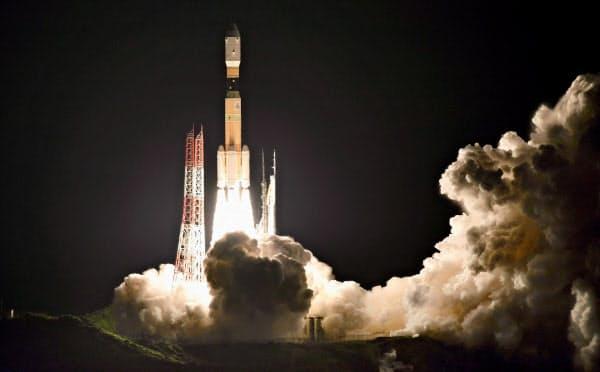 無人補給機「こうのとり」9号機を載せ、打ち上げられるH2Bロケット(21日午前2時31分、鹿児島県の種子島宇宙センター)=三菱重工/JAXA提供・共同
