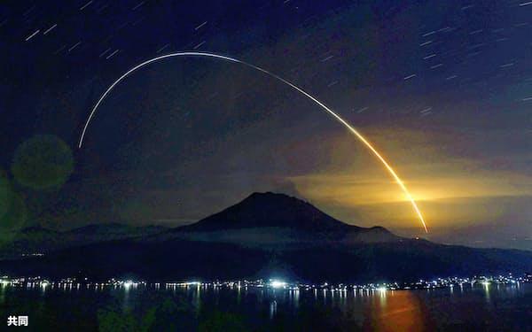 無人補給機「こうのとり」9号機を載せ、鹿児島県の種子島宇宙センターから打ち上げられたH2Bロケットの光跡。下は桜島(21日午前2時31分から6分間露光、鹿児島市)=共同