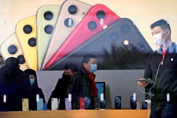 アップルはiPhoneのOS更新でマスク着用時のロック解除の手順を改善した=ロイター