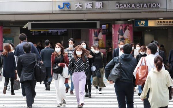JR大阪駅前の横断歩道を行き交う人たち(21日午前、大阪市北区)