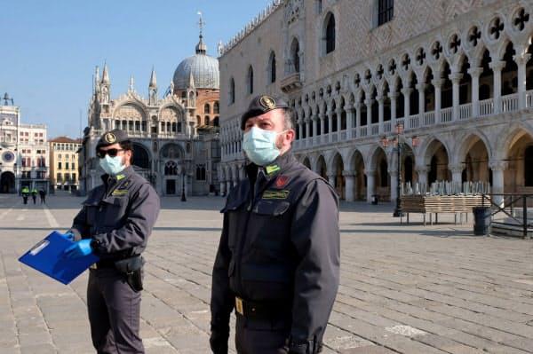 ロックダウン中にパトロールする警官(イタリア、4月)=ロイター