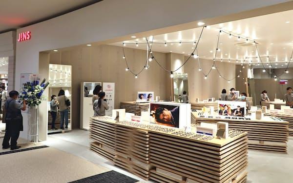 新型コロナのため予定より約3週間改装オープンが遅れた店舗も(16日、群馬県高崎市にあるJINSイオンモール高崎店)