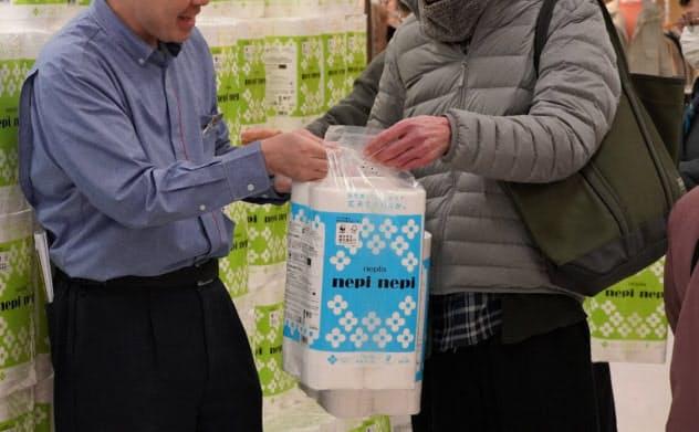 トイレットペーパーは3月に出荷が伸びた(3月5日、東京・江東のイトーヨーカドー木場店)