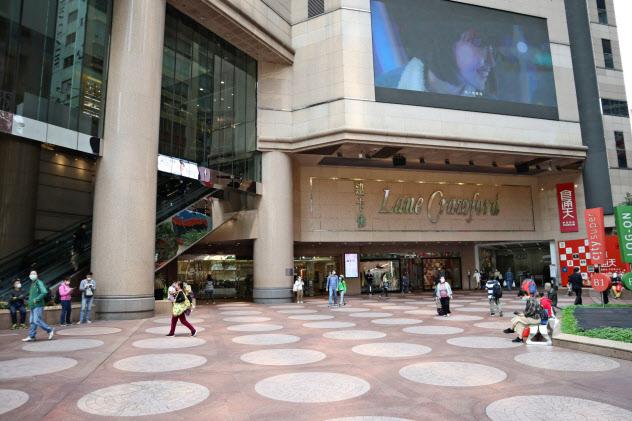 新型コロナの影響で香港中心部のモール「タイムズ・スクエア」は人影がまばら(4月)