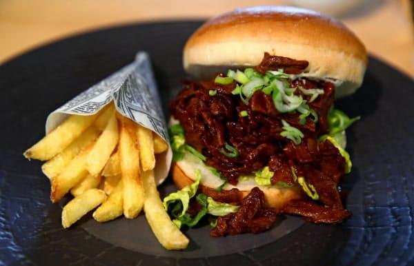 植物由来の人工肉を使ったネスレのハンバーガー(2月、スイス)=ロイター